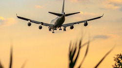 Máy bay đang bay thì hành khách đứng dậy tuyên bố nhiễm virus corona