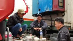Ảnh: Hàng trăm lái xe container đội mưa rét chờ nông sản xuất ngoại