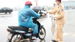 Mặc mưa rét, CSGT Phú Thọ vẫn xuống đường phát khẩu trang miễn phí