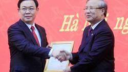 Ông Trần Quốc Vượng trao quyết định cho tân Bí thư Vương Đình Huệ