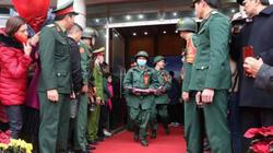 Lạng Sơn: Tân binh đeo khẩu trang, đo thân nhiệt trong ngày nhập ngũ