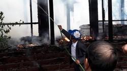 Hai cháu bé may mắn thoát chết khi nhà bị cháy