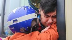 Tân binh khóc nức nở, ôm mẹ trước khi lên đường nhập ngũ
