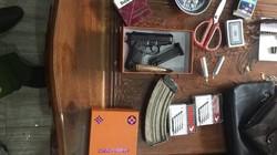Khám xét nhà chủ sòng bạc, phát hiện súng và hàng trăm viên đạn