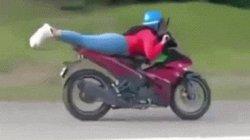 SỐC: Nữ quái xế nằm lên Exciter, phóng như tên lửa đang bay