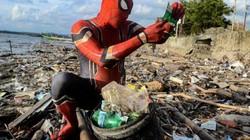 """""""Người nhện"""" bất ngờ xuất hiện tại Indonesia để tham gia...nhặt rác"""