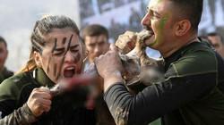 Chùm ảnh: Nữ chiến binh người Kurd xinh đẹp dùng răng xé rắn, thỏ