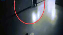 """Video: Sát thủ giả làm cảnh sát, bác sĩ ngang nhiên vào bệnh viện bắn chết """"xã hội đen"""""""