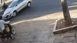 """Video: Tài xế lùi xe quá tệ khiến 2 xe máy """"ăn đòn"""""""