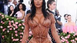 Những chiếc váy khó tiêu hoá, không thể ngồi hay đi vệ sinh của cô Kim