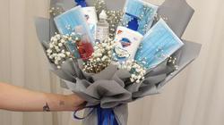 Giới trẻ tặng nhau nước rửa tay, khẩu trang ngày lễ Valentine