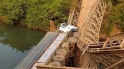 Gia Lai: Cố lái xe tải qua cầu, tài xế cùng xe lật nhào xuống suối