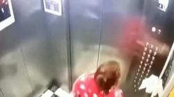 TQ: Dùng giấy lót tay bấm nút thang máy, rồi nhổ bọt nhiều lần vào nút bấm
