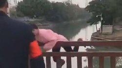 Dịch corona:1 phụ nữ bất ngờ nhảy cầu khi bị chặn kiểm tra virus