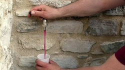 Vòi nước bỗng chảy ra rượu vang, dân uống chán mới gọi thợ sửa