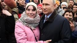 Tổng thống Putin bất ngờ được cô gái trẻ đẹp cầu hôn