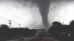 Lốc xoáy dữ dội tấn công Mỹ, xé toạc bầu trời