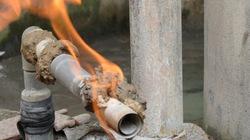Khoan giếng, khí thoát ra bùng cháy dữ dội