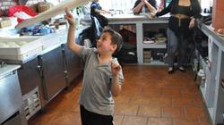Clip: Cậu bé 10 tuổi tung hứng pizza như xiếc