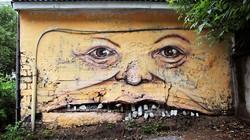 Giật mình trước các bức tường biết... khóc, cười