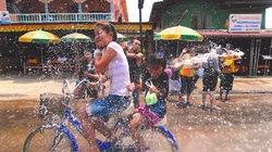 Tới Lào để đón Tết té nước cầu may