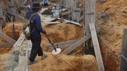 Đà Nẵng: Tìm phế liệu, đào trúng hàng hũ vàng?