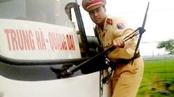 Clip CSGT Việt đu xe buýt gây sốt trên Telegraph của Anh