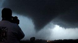 Hơn 100 cơn lốc xoáy đồng loạt càn quét nước Mỹ