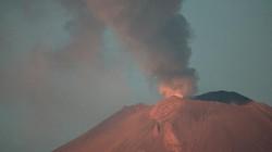 Núi lửa phun trào, khói bụi bao trùm Mexico City