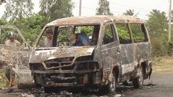 Xe khách 12 chỗ ngồi cháy rụi trên đường