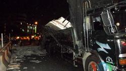 Cua lái, xe tải 10 tấn văng đá hoa cương vào người đi đường