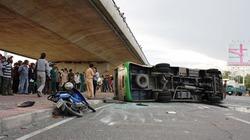 TP.HCM: Lật xe khách, 13 người bị thương