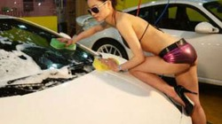 """Chân dài mặc bikini nhoài người rửa xe, dân tình """"nóng mắt"""""""