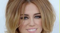 """Miley Cyrus mặc vest... siêu hở và """"quên"""" quần"""