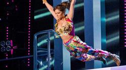 """Cheryl Cole """"nhảy bổ nhào"""" trên sân khấu, khán giả thót tim"""