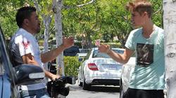 Mải đuổi đánh paparazzi, Justin Bieber tuột cả giày