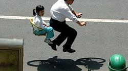 Lạ kỳ nhìn người lơ lửng trên xe đạp tàng hình
