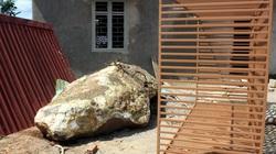 Hòn đá bị chính quyền huyện giam được... tự do