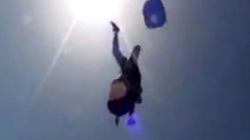 Clip: Cụ bà 80 tuổi nhảy dù thoát chết trong gang tấc