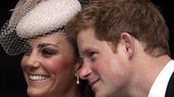 """Bắt gặp công nương Kate mải nói cười với Harry, """"bỏ rơi"""" chồng"""