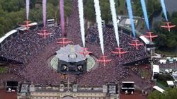 Máy bay không quân trình diễn tuyệt đẹp mừng Nữ hoàng Anh