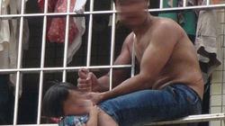 Tức vợ, chồng treo con 3 tuổi ngoài ban công