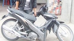 Đang đi, xe máy bất ngờ gãy làm đôi