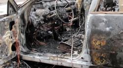 Đang lưu thông, xế hộp Nissan cháy rụi