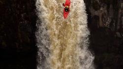 VĐV liều lĩnh lao xuống thác nước cao 21m