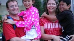 Cô bé 10 tuổi mặc áo dài về Việt Nam tìm mẹ