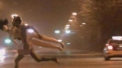 Tồng ngồng ôm búp bê tình dục chạy trên phố