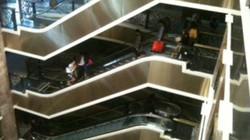 Tràng Tiền Plaza mất điện, khách kẹt thang máy