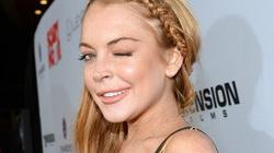 Lindsay Lohan đá lông nheo, khoe da nám đen