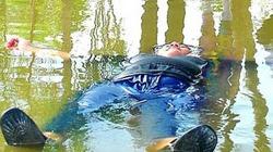 Chàng trai nặng 120kg nổi trên mặt nước